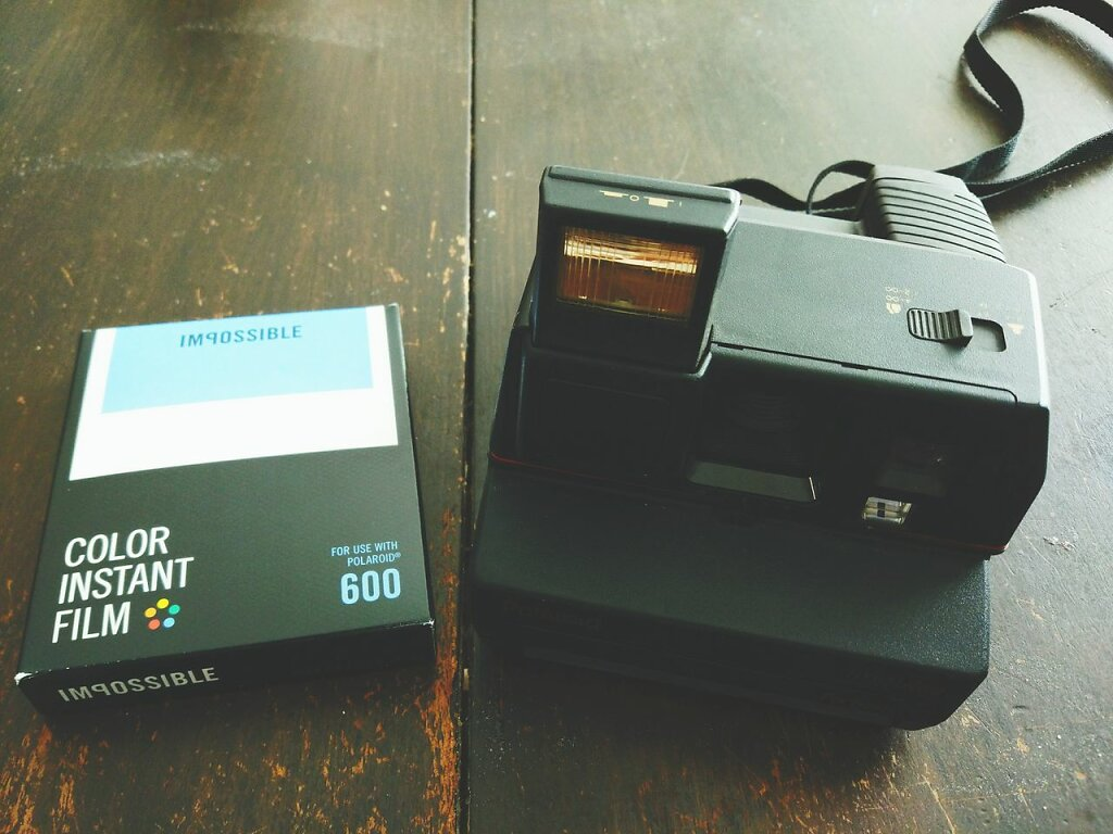 Je me suis fait raquetter 21€ par Impossible pour tester leur nouvelle formule. Elles ont interet d'etre bien les photos. #polaroid #impossible project