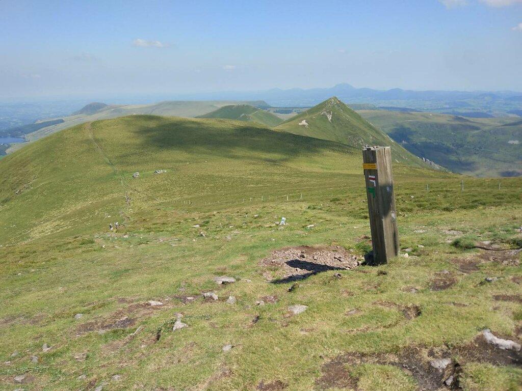 Au sommet du Puy de l'Angle #Montagne #Auvergne #Puy de Dôme #Puy de sancy #mountain #sky #Grass #landscape