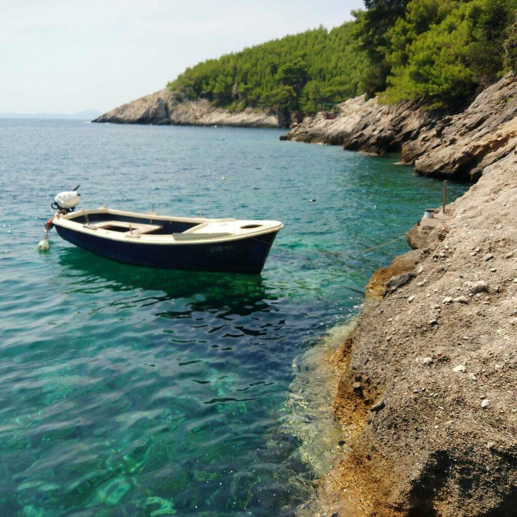 La crique des vacances #bateau #Méditerranée #mer #crique #Croatia #nautical vessel #moored #sand #sky